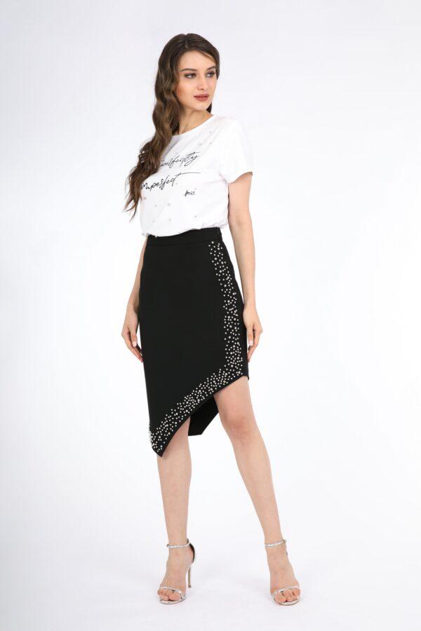 تنورة سوداء مرصعة بالكريستال من الامام