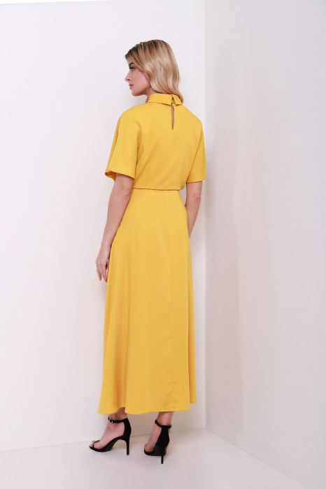 فستان بعنق مرتفع منمق أكمام قصيرة