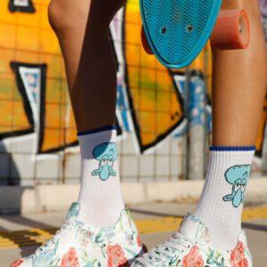 حذاء رياضة أبيض مزخرف بورود ورباط نسائي