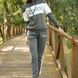 ملابس رياضية كاكي بطبعة شعار نسائية