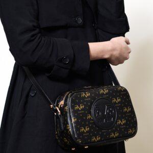 حقيبة سوداء بحمالات نسائية