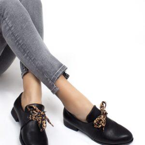 حذاء فلات جلد أسود برباط ستايل فهد نسائي