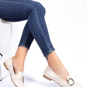 حذاء فلات بيج بقفل نسائي