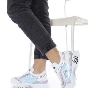 حذاء رياضي أبيض نسائي