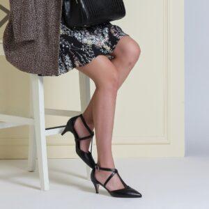 حذاء بكعب أسود بحزام نسائي
