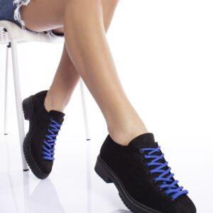 حذاء أسود برباط أزرق نسائي
