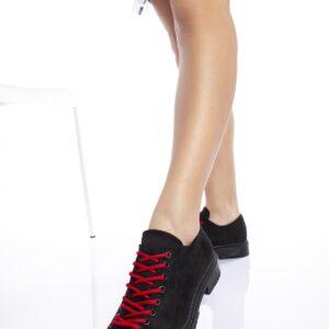 حذاء أسود برباط أحمر نسائي